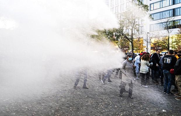 """Am Samstag den 14.11.2020, demonstrierten rund 600 Querdenken 69 Anhänger unter dem Motto """"Kein Lockdown für Bembeltown"""" gegen die Corona Maßnamen.300 Gegendemonstranten stellten sich der Demonstration entgegen. Die Polizei ging mit Wasserwerfer und Schlagstockeinsatz gegen Blockaden der Gegendemonstranten vor.Am Goetheplatz wurde die Kundgebung der Querdenken 69 gegen aufgelöst jedoch setzte die Polizei diesen Beschluss nur zögerlich und erst nach 20 Minuten unter Einsatz eines Wasserwerfers durch.Zeitweise wurde die Bewegungsfreiheit und die Ausübung der Bereichterstattung der Presse durch die Polizei stark eingeschränkt"""