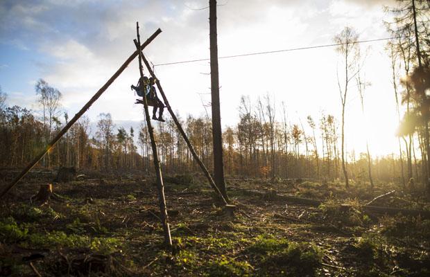 Seit dem 10. November 2020 wird die Kernbesetzung im Dannenröder Wald geräumt, um den Ausbau der Autobahn A49 zu ermöglichen. Gegen diesen Ausbau und die dafür notwendige Rodung von mehreren Waldflächen protestieren seit September 2019 Klimaaktivist*innen mit einer Waldbesetzung. Im Oktober 2020 begannen die Rodungs- und Räumungsarbeiten in umliegenden Wäldern. Aktivist*innen besetzen in den frühen Morgenstunden immer wieder Bäume in der geplanten Rodungschneise, um eine Rodung der Bäume zu verhidnern oder zumindest zu verzögern. Oft harren sie über Stunden in den Bäumen und warten auf die Polizei.