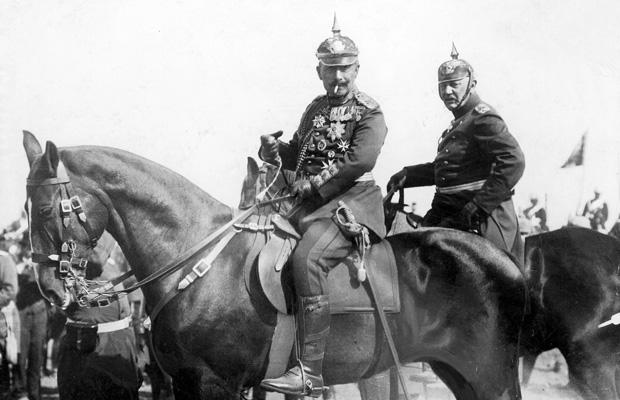 Der deutsche Kaiser Wilhelm II. (1859-1941) auf dem Manöverfeld mit Generaloberst Helmuth von Moltke (1848-1916), Neffe des berühmten Chefs des preußischen Generalstabs und ab 1906 selber Chef des Generalstabs der deutschen Armee.