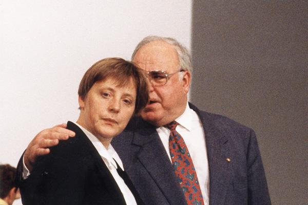 Bundeskanzler Helmut Kohl mit Bundesfrauenministerin Angela Merkel auf dem kleinen Parteitag der CDU im Bonner Hotel Maritim.
