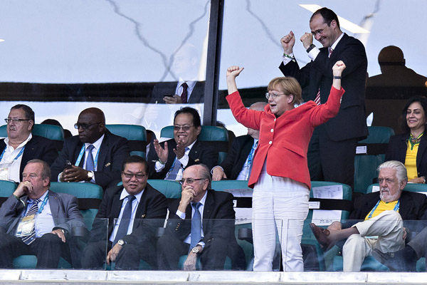 FB-WM 2014 /Deutschland - Portugal / 16.06.2014/ Torjubel: Bundeskanzlerin Angela Merkel (Deutschland) neben Sepp Blatter