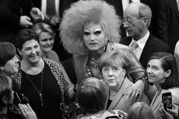 Berlin, 12. Februar 2017, Bundesversammlung im Deutschen Bundestag, die Wahl des neuen Bundespräsidenten Frank-Walter Steinmeier; hier eine Szene vor der Wahl im Plenum, der Travestiekünstler Olivia Jones posiert mit der Kanzlerin Angela Merkel für die Fotografen; Bundestrainer Jogi Löw (li.) und Katrin Göring-Eckhardt (re.) freuen sich