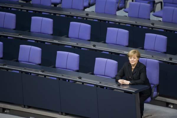 DEUTSCHLAND, BERLIN, 17.12.2013 Allein in der Regierrungsbank im Plenum des Deutschen Bundestages. Bundeskanzlerin Angela Merkel ( CDU ) nach ihrer Vereidigung.