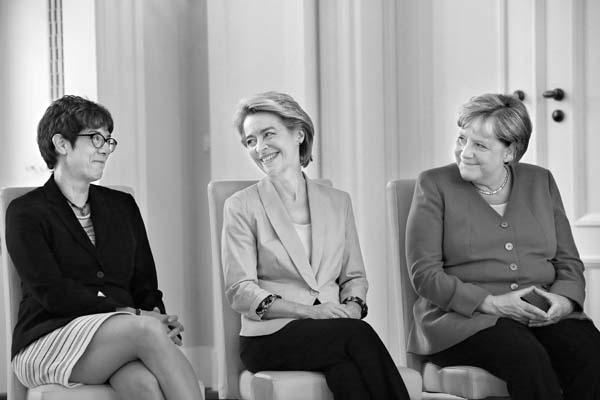 Berlin, 17. 07. 2019, Schloss Bellevue, v.l.n.r. die neue Verteidigungsministerin Annegret Kramp-Karrenbauer, die ehemalige Verteidigungsministerin und neugewählte EU-Kommisionspräsidentin Ursula von der Leyen und Bundeskanzlerin Angela Merkel.
