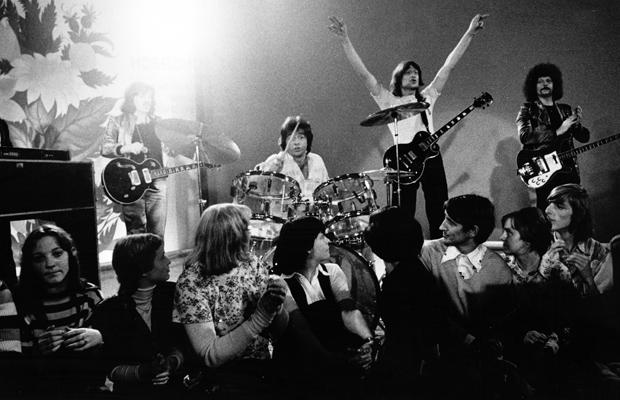 """Die Gruppe """"Puhdys"""" bei einem Auftritt um 1977. V.l.n.r.: Peter Meyer, Dieter Hertrampf, Gunther Wosylus, Dieter Birr, Harry Jeske. Foto: Berliner Verlag Archiv / Schorsch"""