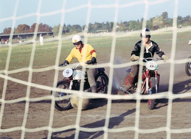 Motoball in Aktion, aufgenommen in den 1970er Jahren. Foto: Berliner Verlag / Archiv