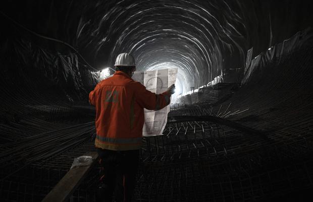 Der Bau des Tunnels folgt nach ganz klaren Konstruktionsplänen. Der Kramertunnel ist ein Teil der im Bau befindlichen neuen Trasse der B23, der westlichen Ortsumfahrung von Garmisch, die zu einer Reduzierung des Verkehrsaufkommens in Garmisch führen soll. 14.07.2021, Garmisch-Partenkirchen.